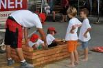 Marc Weingartner beim Mauern mit Kindern