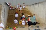 Spielen auf dem riesigen Sandhaufen bei der Kinderbaustelle