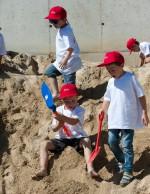 Der riesige Sandhaufen auf der Kinderbaustelle bei Baufirma Lechner macht einfach Spaß