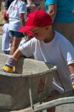 ein Kind bei seiner Lieblingsbeschäftigung auf der Kinderbaustelle 2015