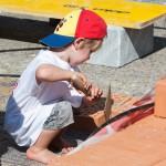 So ein süßes Kind beim Mauern auf unserer Kinderbaustelle 2015