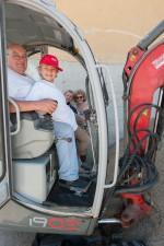 Franz Hager beim Minibaggerfahren auf der Kinderbaustelle 2015