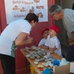 Unsere tüchtige Buchhalterin Roswitha beim Steinebeschriften auf der Kinderbaustelle bei Baufirma Lechner