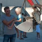 Stefan Grossauer mit seinem Sohn bei der Kinderbaustelle der Baufirma Lechner