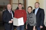 Facharbeiter Dieter Edelbauer wird von der Firmenleitung für 15 Jahre Firmentreue geehrt