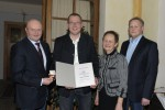 Vorarbeiter Rudi LEOPOLD wird von der Firmenleitung für 15 Jahre Firmentreue geehrt