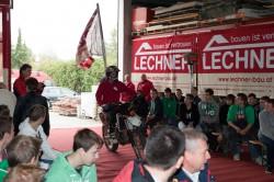Lehrling Philipp Aschauer bei der Begrüssung mit seiner Motocross-Maschine
