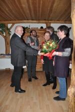 Der Chef bedankt sich auch bei der Frau mit einem Blumengruß bei unserem Mitarbeiter Herbert Göttinger