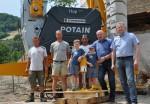 Die Geschäftsführung der Baufirma Lechner mit den Mitarbeitern und den Juniorbaumeistern Alexander und Maximilian vor dem neuen Hochbaukran