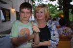 Stanis Frau mit Neffe bei der lustigen Geburtstagsfeier