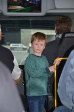 Unser lieber Alexander beobachtet ganz interessiert das Geschehen am Flughafen in Wien beim Betriebsausflug der Baufirma Lechner