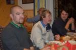 Die Mitarbeiter der Baufirma Lechner Mario Niedzballa, Herbert Frauberger und Bautechniker Ing. Michael Widhalm unterhalten sich prächtig beim Heurigen Robert Breit in Stiefern.