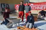 Unsere Lehrlinge Nico Hirt und Julian Binder mit zwei Lehrstellenfavoriten am Bauhof beim Mauern