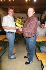 Stani gratuliert Johann mit einem Blumenstrauß