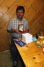 das strahlende Geburtstagskind mit den Geschenken