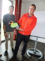 Philipp Aschauer und Marc Weingartner beim Präsentieren des Fotoalbums