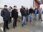 Gruppe beim Beobachten der Drehleiter