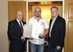 Bauhelfer Franz Hager wird von Baumeister Ing. Hermann und Baumeister DI (FH) Christian Lechner für 10 Jahre Betriebstreue geehrt.
