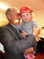 Alois mit seinem ältesten Enkelkind
