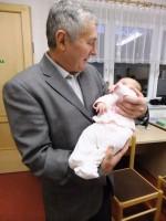 Alois mit seinem jüngsten Enkelkind