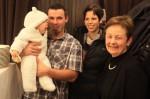 Der kleine Sohn unseres tüchtigen Vorarbeiters mit seiner Frau und der Chefin