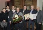 Polier Franz Harold, Gewölbespezialist der Baufirma Lechner wurde von KR Gottfried Wieland und der Geschäftsführung der Baufirma Lechner für 45 Jahre Betriebszugehörigkeit geehrt. Er erhielt die Goldene Mitarbeiter Medaille und die Goldene Kelle überreicht.