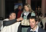Die Kellnerin bringt Getränke bei der Weihnachtsfeier 2016 auf Schloss Rosenburg