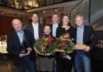 Überreichung von Geschenken und Blumen von den geschätzten Mitarbeitern bei der Weihnachtsfeier