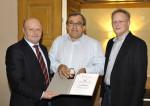 Die Firmenleitung der Baufirma Lechner bedankt sich bei Vorarbeiter Leopold Eigner für 10 Jahre Betriebstreue.