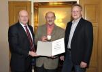 Polier Manfred Zellhofer wird von der Firmenleitung durch Baumeister Ing. Hermann Lechner und Baumeister DI (FH) Christian Lechner für 10 Jahre Firmentreue geehrt.