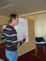 Roman Schuster erklärt die Lösung beim Team-Seminar